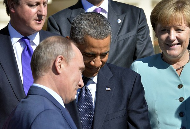US President Barack Obama (2L), British Prime Minister David Cameron (L), German Chancellor Angela Merkel look on as Russian President Federation Vladimir Putin (C) arrives for the family photo during the G20 summit on September 6, 2013 in Saint Petersburg. World leaders at the G20 summit on Friday failed to bridge their bitter divisions over US plans for military action against the Syrian regime, with Washington signalling that it has given up on securing Russia's support at the UN on the crisis.  AFP PHOTO / JEWEL SAMAD