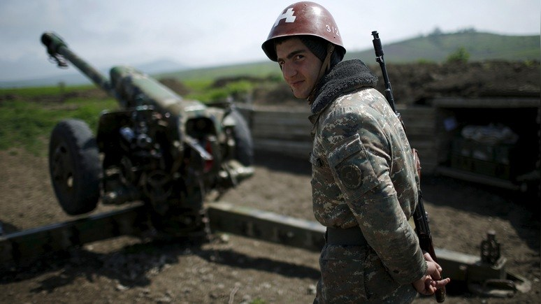 An ethnic Armenian soldier stands next to a cannon at the artillery positions near Nagorno-Karabakh's town of Martuni, April 8, 2016. REUTERS/Staff - RTSE5VI