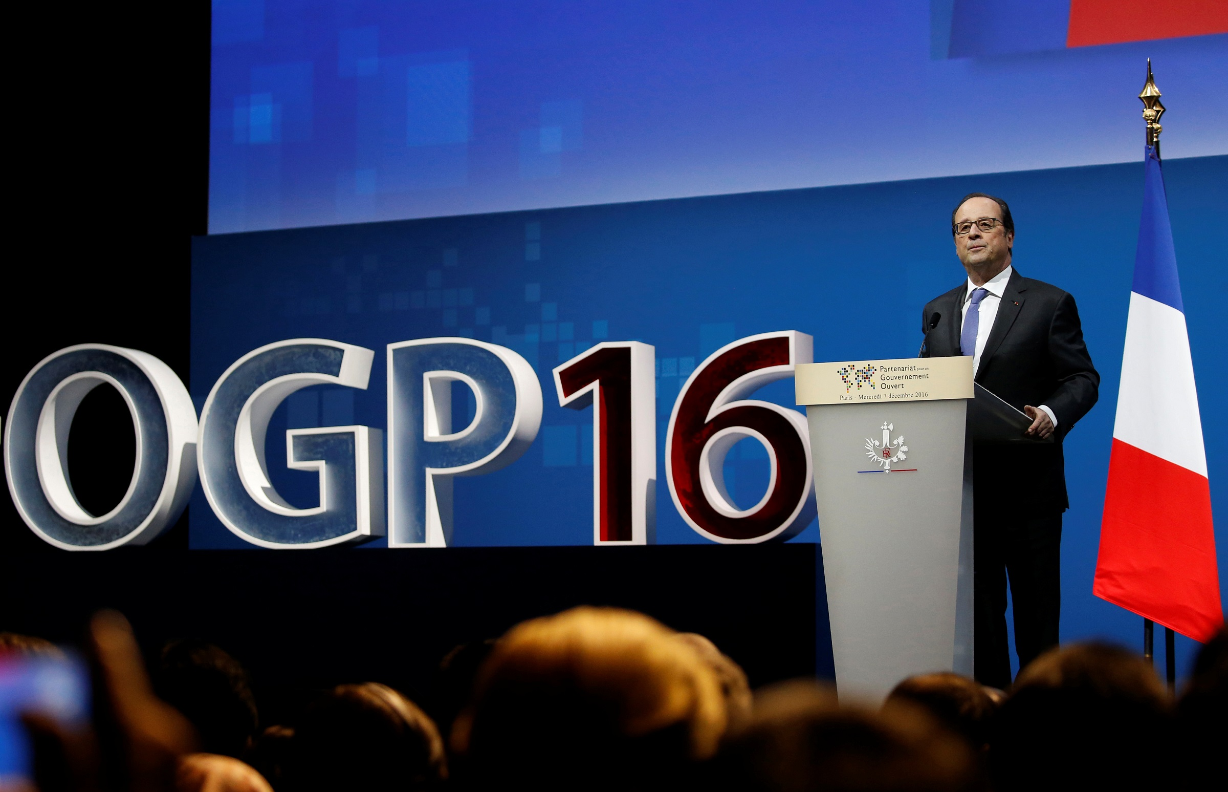 """French President Francois Hollande delivers a speech during the opening ceremony of the summit for """"Open Government Partnership"""" in Paris, France, December 7, 2016.  REUTERS/Jacky Naegelen - RTSV3OI"""