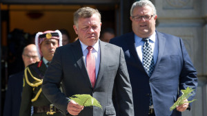 King Abdullah II Ibn Al Hussein (C) of Jordan and Gerry Brownlee (R minister of transport prepare to lay a fern on the Tomb of the Unknown Warrior during a visit to the National War Memorial in Wellington on November 28, 2016. King Abdullah II ibn Al Hussein is in New Zealand on a four day visit. / AFP PHOTO / Marty Melville