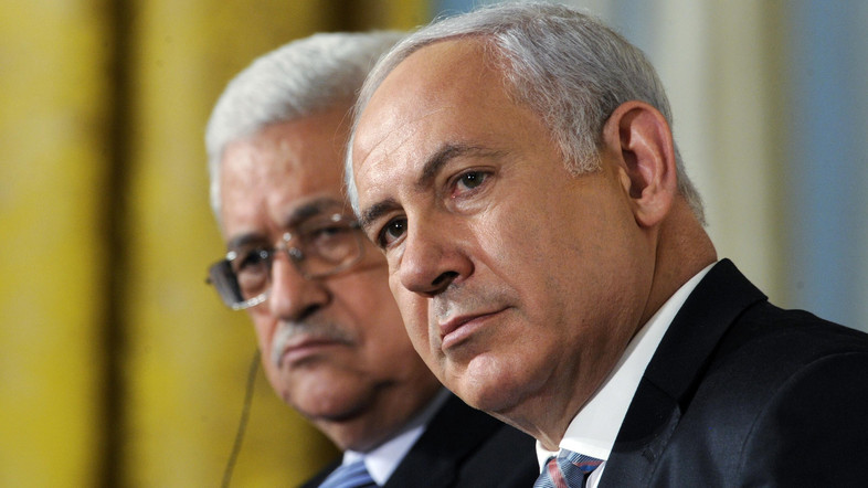Palestinian President Mahmoud Abbas (L) sits next to Israeli Prime Minister Benjamin Netanyahu, as leaders gathered to deliver a joint statement on Middle East Peace talks in the East Room of the White House in Washington September 1, 2010.     REUTERS/Jonathan Ernst (UNITED STATES - Tags: POLITICS IMAGES OF THE DAY) - RTR2HTF7