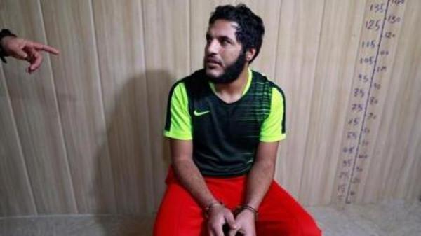 المسلح في تنظيم الدولة الإسلامية عمار حسين (22 عاما) يستمع إلى ضابط في قوة مكافحة الإرهاب في زنزاتته في السليمانية بإقليم كردستان في شمال العراق يوم 15 فبراير شباط 2017. تصوير زهرة بن سمرة - رويترز.