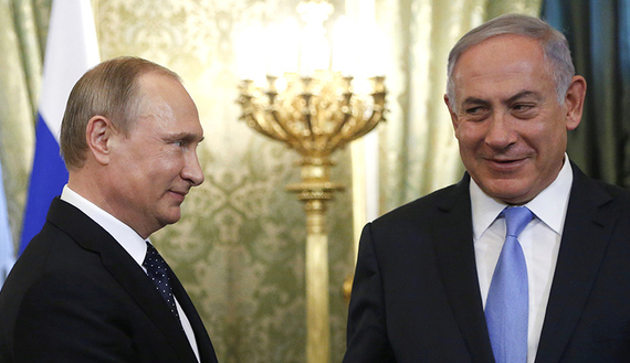 Russian President Vladimir Putin (L) welcomes Israeli Prime Minister Benjamin Netanyahu during a meeting at the Kremlin in Moscow, Russia June 7, 2016. REUTERS/Maxim Shipenkov/Pool - RTSGEGA