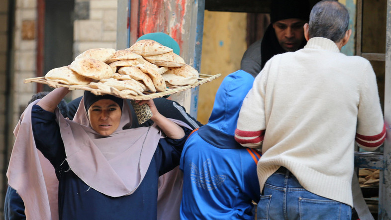A woman carries bread as she leaves a bakery in Cairo, Egypt January 10, 2017. REUTERS/Mohamed Abd El Ghany - RTX2YCGQ