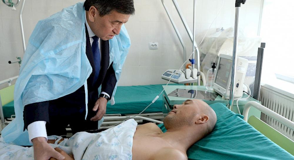-  Tacikistanla sərhəddə baş verən münaqişədə yaralananlara baş çəkib