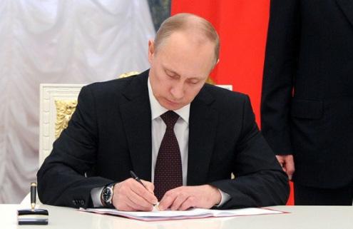 Putin Konstitusiyaya dəyişikliklərlə bağlı qanun layihəsini imzalayıb -